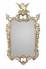Espelho com moldura em madeira e gesso dourados.