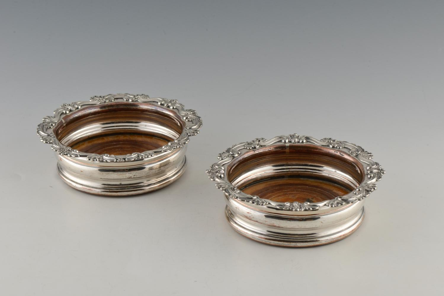 Par de bases para garrafas em metal prateado (2)