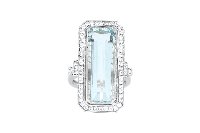18ct white gold aquamarine & diamond ring, 9.1 grams