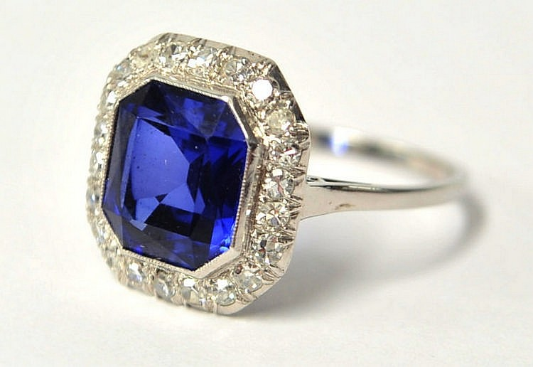 18ct white gold ring of Art Deco design, set with