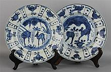 A NEAR PAIR OF BLUE AND WHITE KRAAKPORSELEIN DISHES, MING DYNASTY