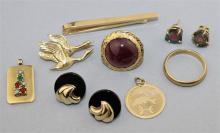 14K YELLOW GOLD GROUP: WEDDING BAND, TIE CLIP, PISCES CHARM, GEESE PIN, GARNET RING AND TWO PAIRS OF EARRINGS