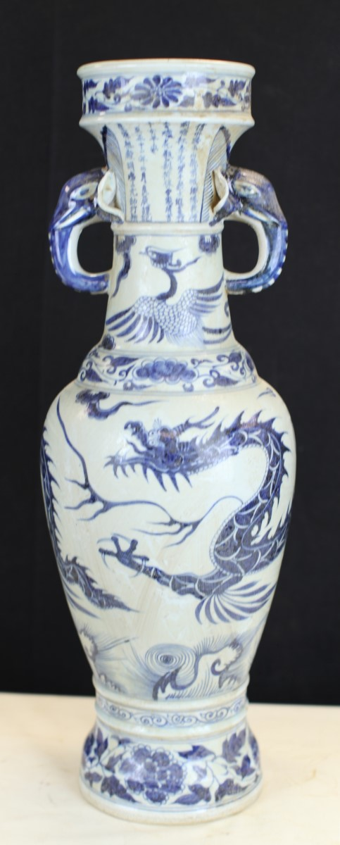 BLUE AND WHITE POCELAIN VASE
