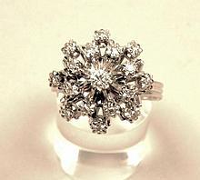 BAGUE en or ornée d'un petit diamant central entouré de 16 brillants. E.R. Poids brut: 6g.