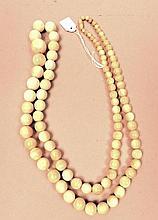Collier de perles à double rangs, ivoire,