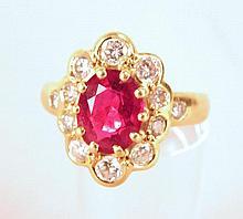 Bague or jaune ornée d'un saphir clair entouré de 12 diamants sertis clos, poids brut : 5,8 g