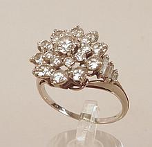 Bague dôme en or blanc ornée de diamant en cercles concentriques épaulés de diamants baguettes, diamant central : 0.15 ct,  poids brut : 5,4 g