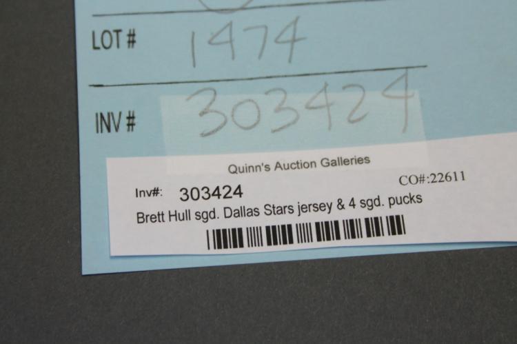 Brett Hull sgd. Dallas Stars jersey & 4 sgd. pucks