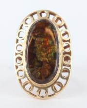 Agate and yellow gold ring.