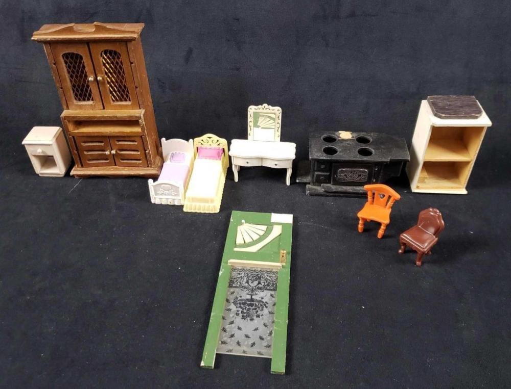 Lot of 10 Assorted Dollhouse Furniture Pieces