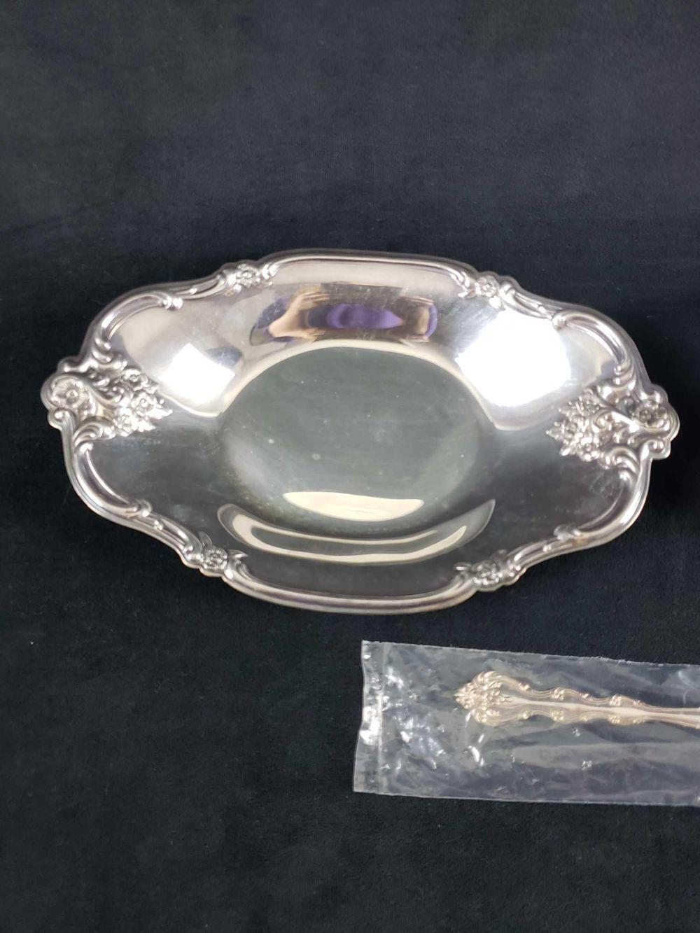 Lot 289: Edwardian International Silver Company 2 Silverplate Relish Dishes and 1 Silverplate Spoon