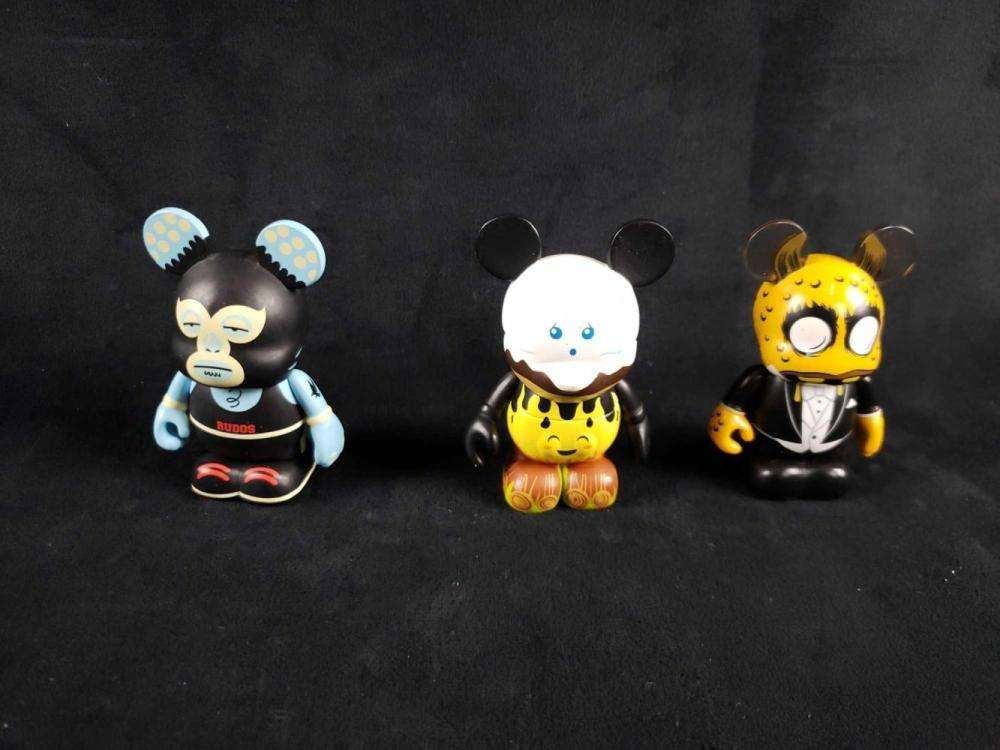 Lot 700: 3 Vinylmations Figurines D