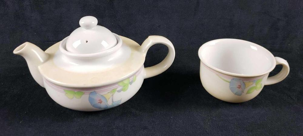 Lot 705: Toscany Collection Teapot and Teacup