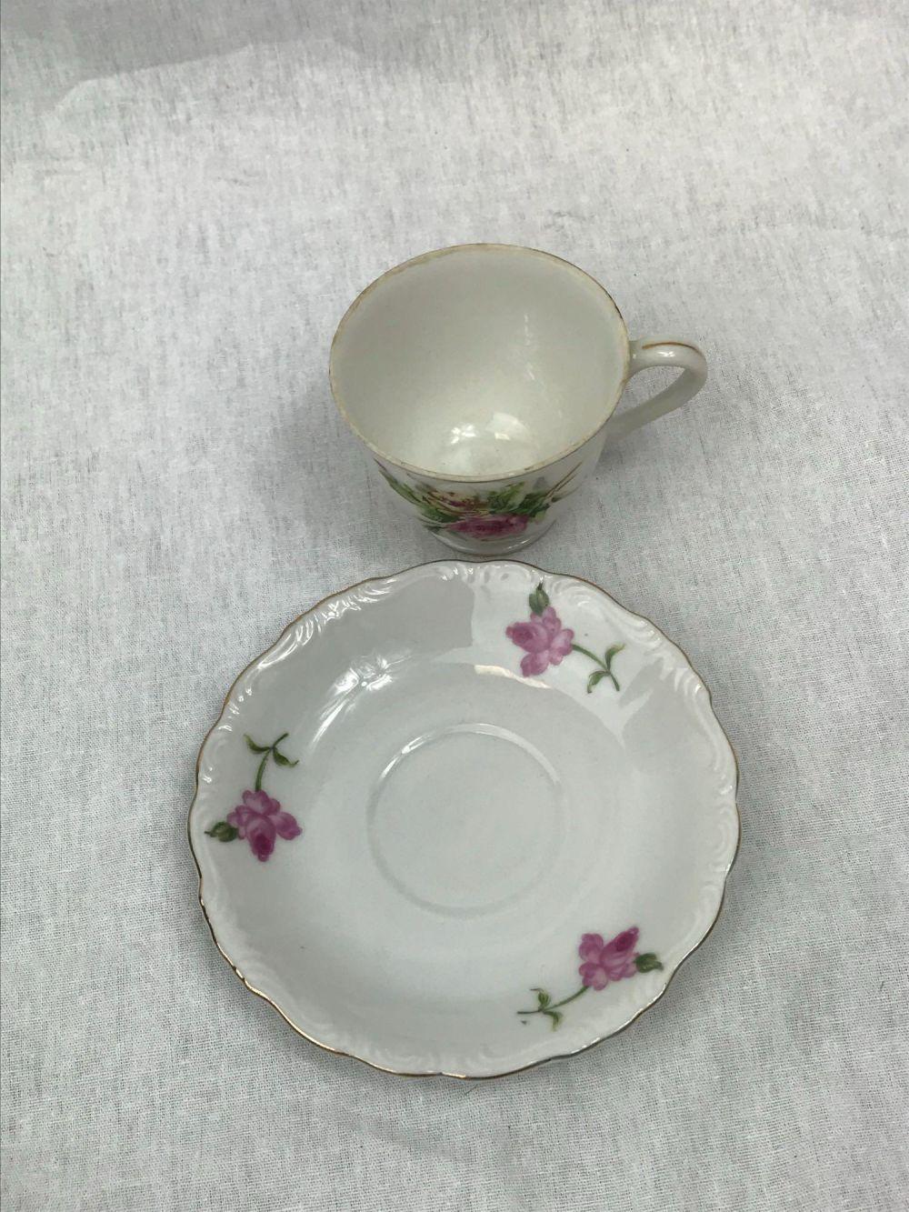 Lot 941: 4 Porcelain Tea Cups and Saucers
