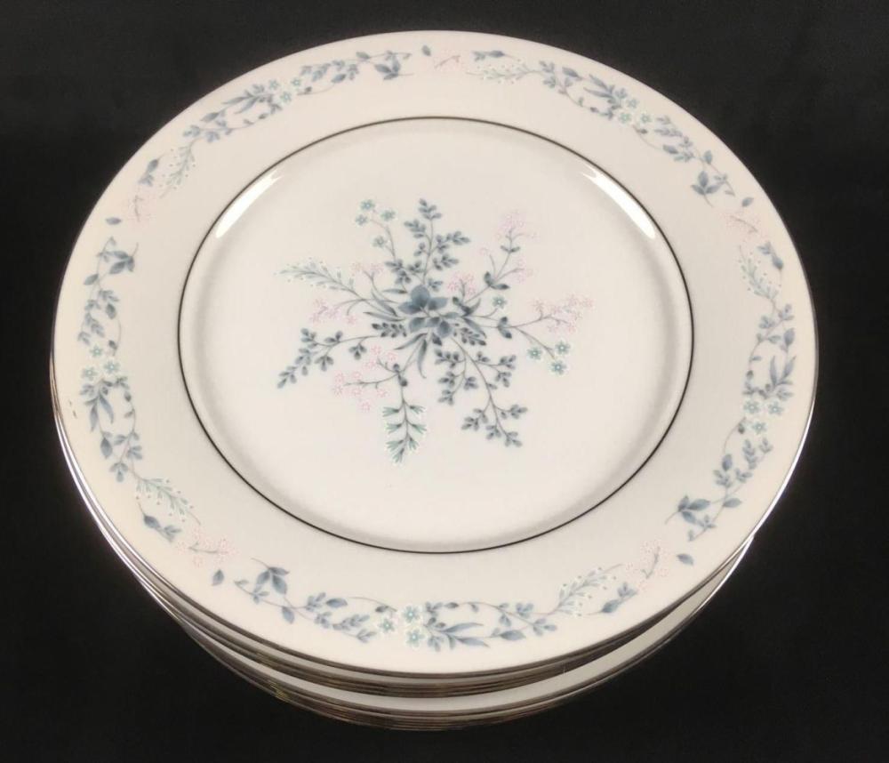 Lot 996: Set of 11 Carolyn by Noritake Dinner Plates