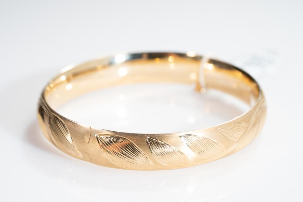 "14KY Textured Bangle Bracelet 7"""