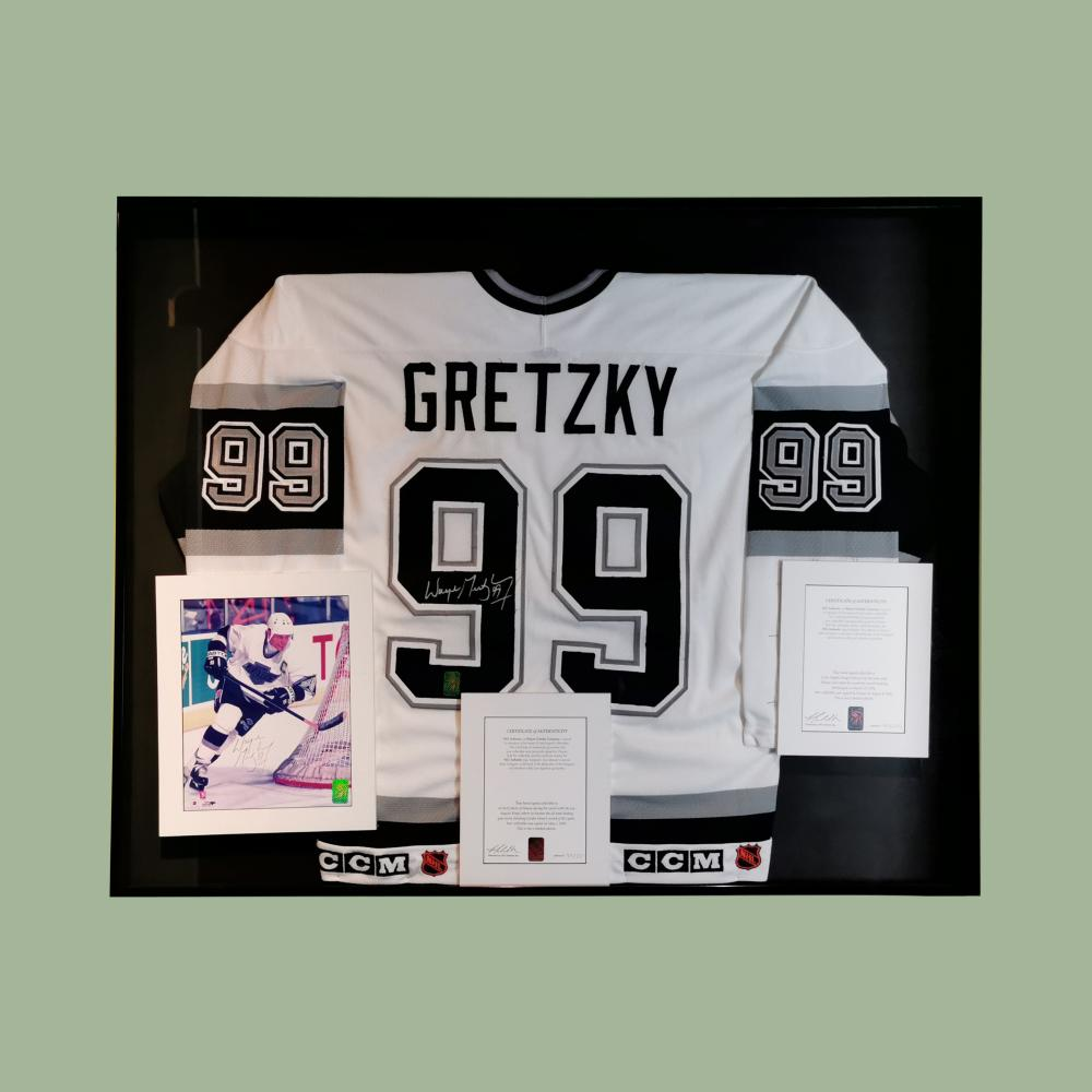 Wayne Gretzky Los Angeles Kings Jersey Signed Photograph LOA Guinness Museum Display
