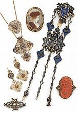 Importante châtelaine en argent et vermeil, monogrammée, à décor de pampres et amours, le centre orné de personnages dont l'un figurant une reine, dans des alcôves, etencadré de quatre têtes de personnages sur fond émail bleu, retenant trois