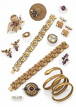 Bague en or jaune, sertie d'un rubis de forme ovale entre six petits diamants ronds.  Tour de doigt: 51,5.  Poids brut: 4g.  Voir la reproduction page ci-contre.