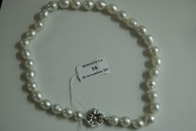 Collier de perles de culture blanches légèrement baroques et en chute. Le fermoir en argent.  Diamètre des perles: environ 10 à 12,5mm.