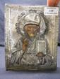 Saint Nicolas Icône avec oklad en argent. Poinçon d'orfèvre illisible. Russie, XIXe siècle. Haut. : 18 - Larg. : 14,5 cm.