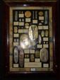 Rare ensemble de monnaies anciennes et reproductions en or argent et vermeil. Japon, du XVIe au XIXe siècle. Montées sur un panneau avec identification et poids pour chacune.