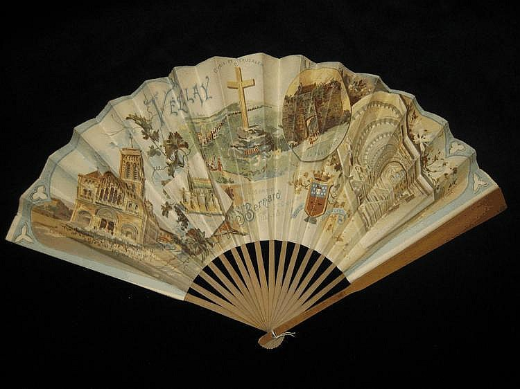 Souvenir de Vézelay Eventail, la feuille en papier lithographié en couleurs de vues de la ville et éditée à la mémoire de Saint Bernard. Monture en bois. Daté 1899. H. t. : 11'' - 29,5 cm.