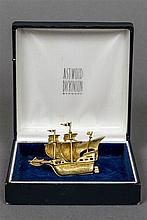 A boxed Astwood Dickinson 18 ct gold brooch Formed as sailing galleon.  4.7