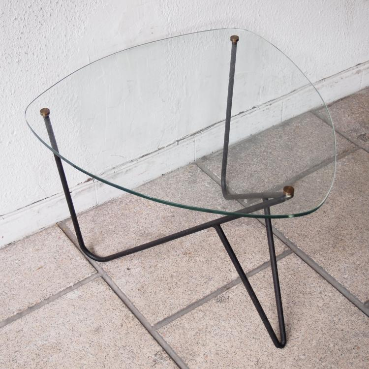 Table basse plateau triangulaire aux cot s cintr s for Table triangulaire