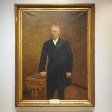 Wolf Léon (1873-1900) : Huile sur toile, personnage en pied, encadrement en bois doré et stukké, sig