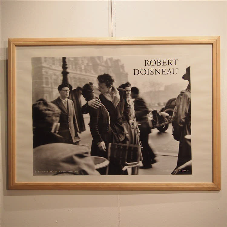 robert doisneau cadre avec affiche le baiser de l 39 hotel. Black Bedroom Furniture Sets. Home Design Ideas
