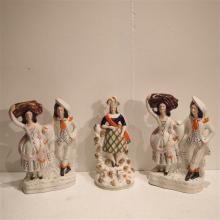 Lot de 3 statuettes anglaise : Faience émaillée, décor de personnages, H: 3