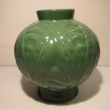 Vase boule Art-Déco : Céramique émaillée vert, décor floral stylisé en reli