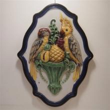 Médaillon mural en forme d'écusson 19eS : Céramique émaillée en relief, déc