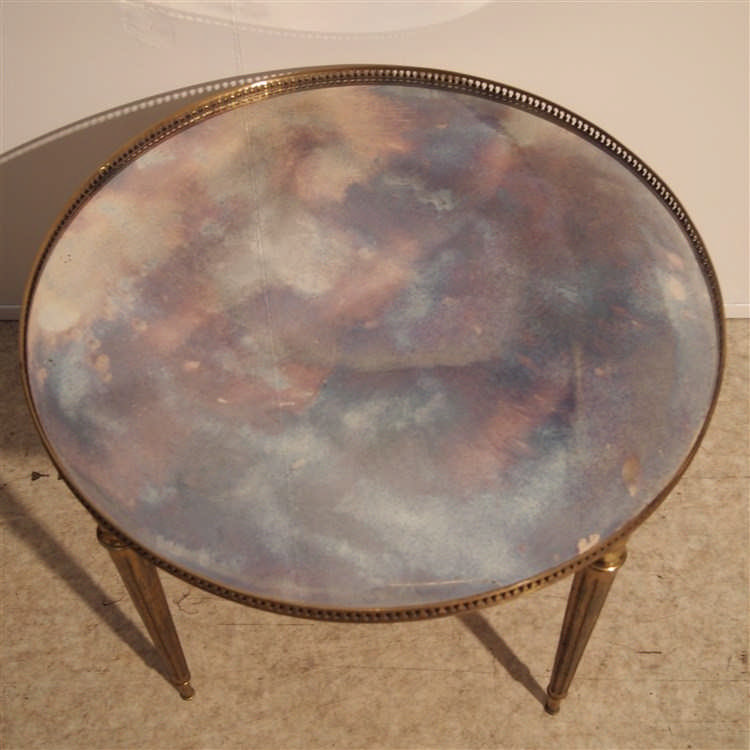 Table basse vers 1970 style empire plateau circulaire en v for Table basse style suedois