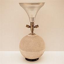 Lampe d'ambiance Art-Déco : Fût globulaire en céramique avec semelle en boi