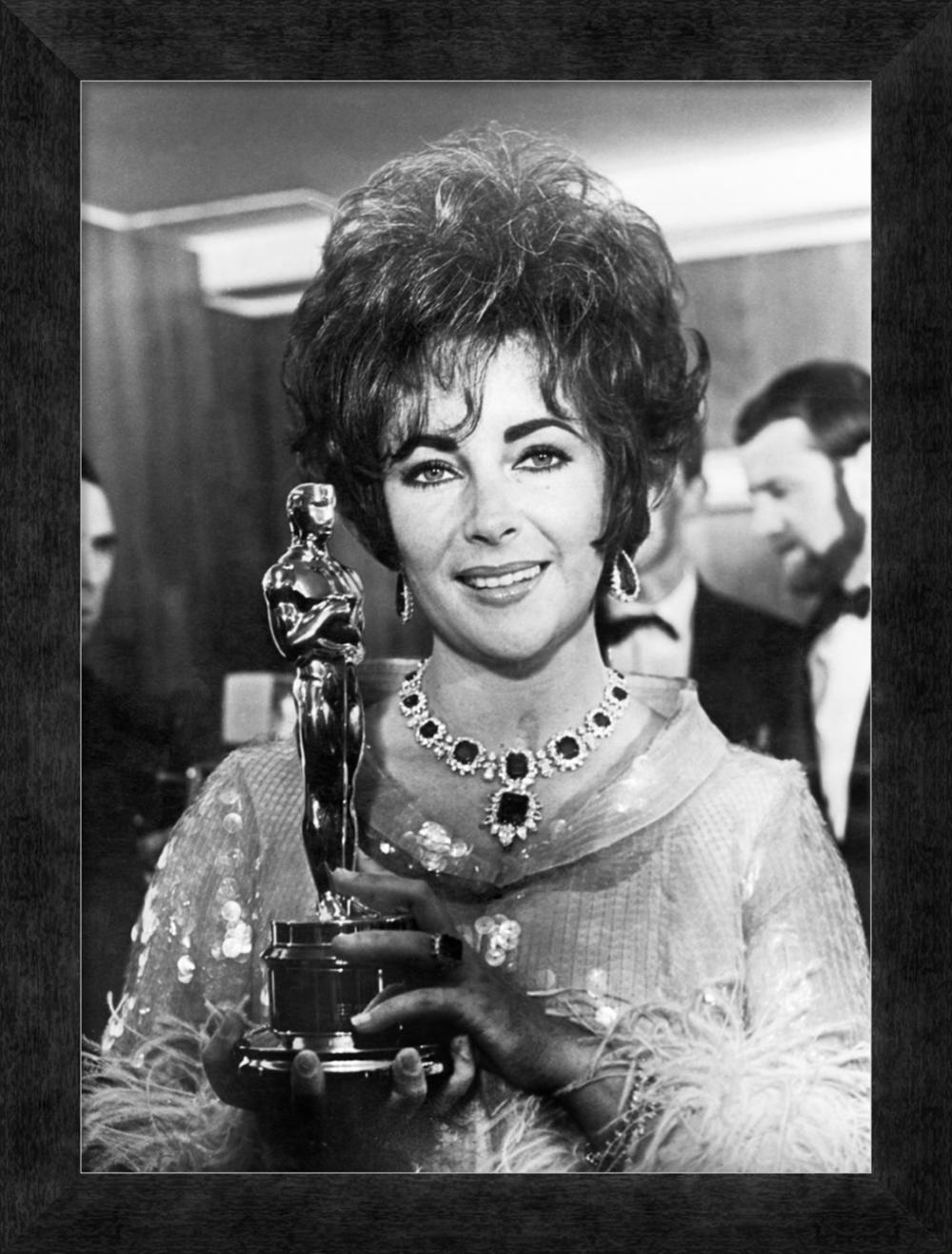 HOLLYWOOD PHOTO ARCHIVE - ELIZABETH TAYLOR - HOLDING AN OSCAR