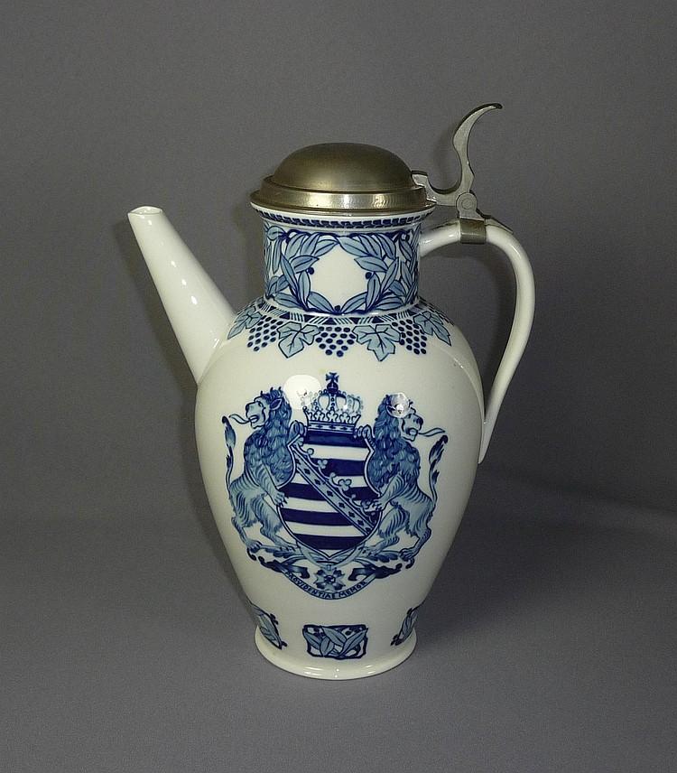 Achtenhagen, August—Jubiläums-Weinkanne der Porzellanmanufaktur Meissen—(Be