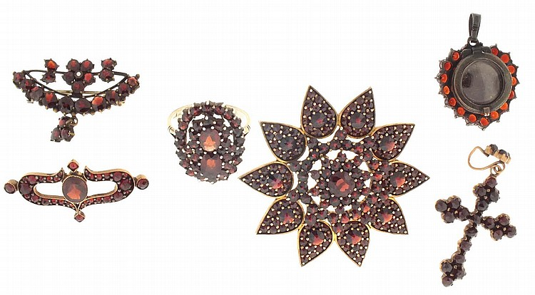 Garnet jewelry- 6 (Six), including a very nice floral form brooch with silver gilt back, a silver pendant set with a central heart shaped stone, the back with compartment for a photo or hair, a cross form pendant, a silver gilt oval ring set with