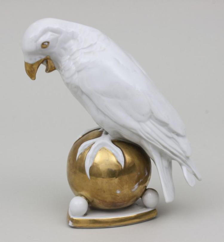 Papagei auf Goldkugel, Lorenz Hutschenreuther AG, Selb / Parrot on Golden Globe, um 1925