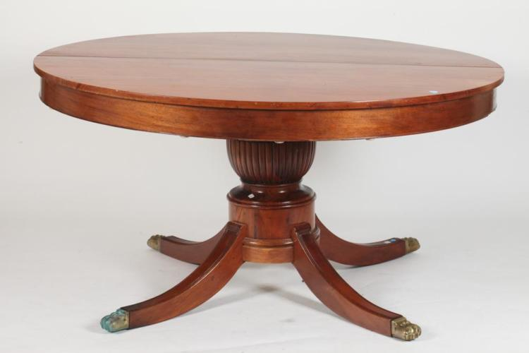 ROUND FEDERAL STYLE MAHOGANY DINING TABLE WITH THREE LEAVES