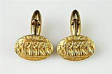 PAIR 18K YELLOW GOLD OVAL CUFFLINKS ETCHED IN LOW RELIEF WITH EGYPTIAN FRIEZE DEPICTING SEATED RULER WITH PROCESSION OF CATS,