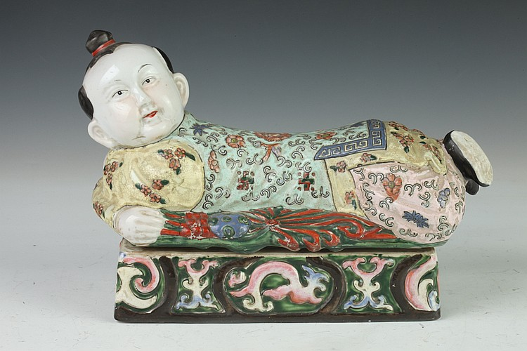 CHINESE FAMILLE ROSE PORCELAIN FIGURAL PILLOW-FORM BOX AND COVER, - 10 1/2 in. long.