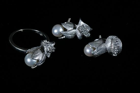 14K WHITE GOLD, DIAMOND AND CULTURED PEARL FLORAL AND LEAF DESIGN RING WITH PAIR MATCHING POST-BACK EARRINGS.