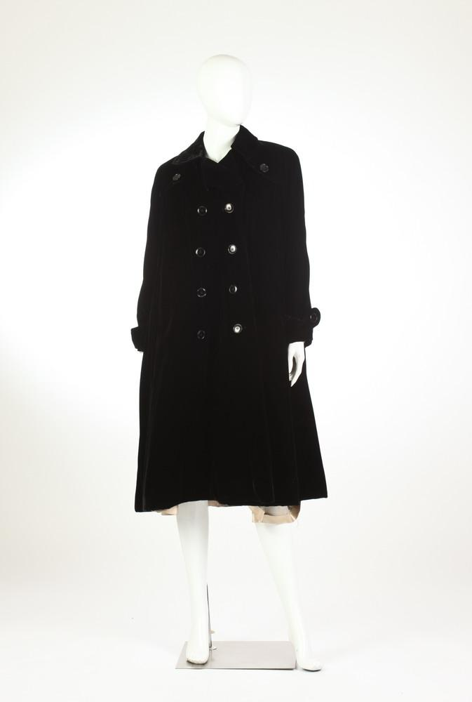 VINTAGE BEST AND COMPANY BLACK VELVET 3/4-LENGTH COAT. 1940s.