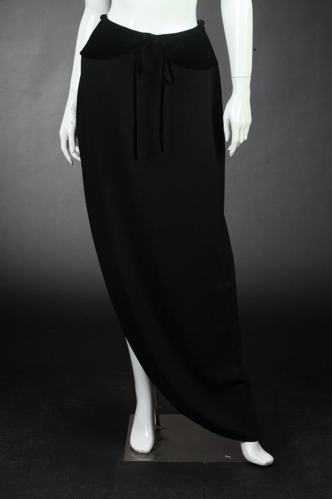 VALENTINO BOUTIQUE BLACK CREPE SKIRT, Size 10.