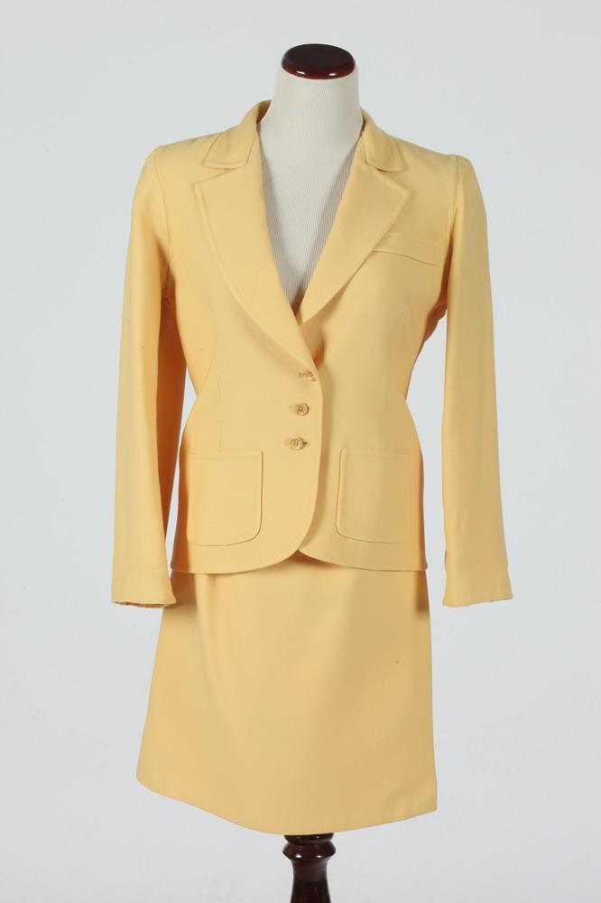 OSCAR DE LA RENTA GOLD WOOL SUIT. size small.