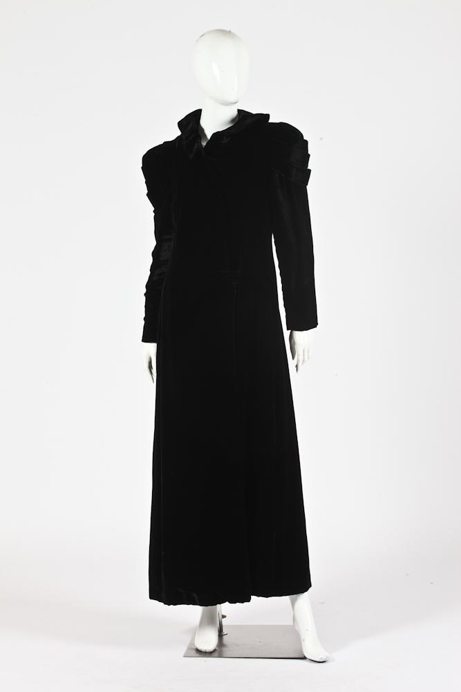VINTAGE BLACK VELVET LONG-SLEEVED COAT WITH RUFFLE COLLAR. size small.