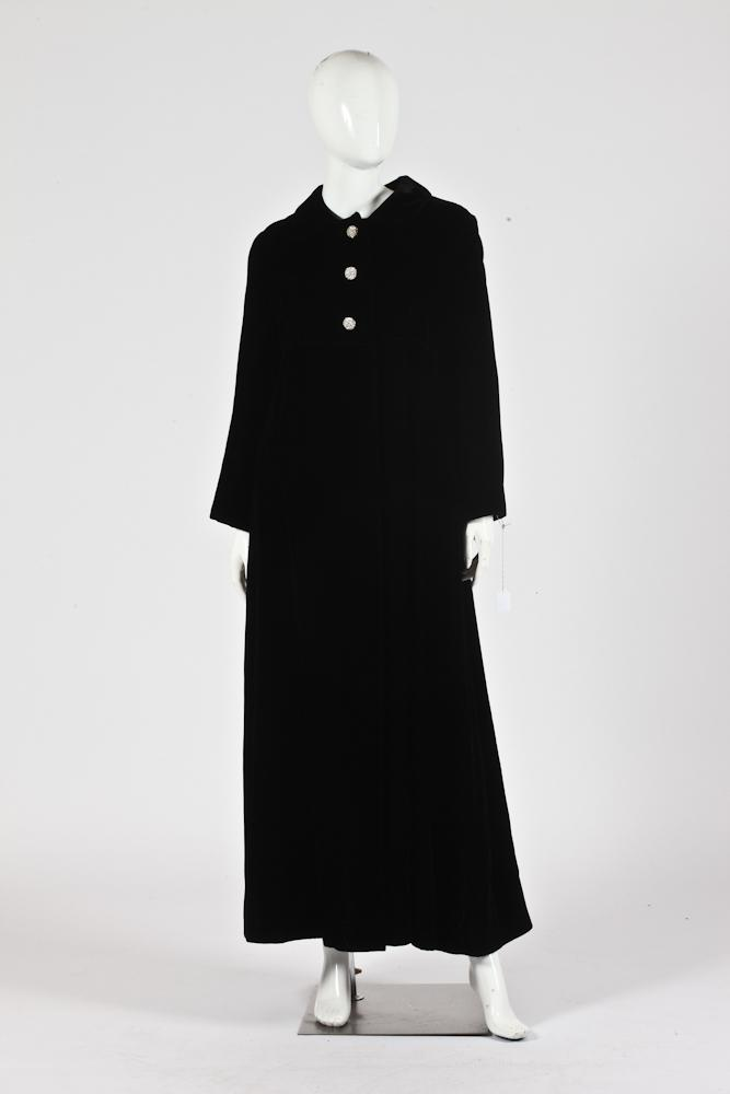 VINTAGE BLACK VELVET COAT WITH 2 RHINESTONE BUTTONS. - Size: Medium.