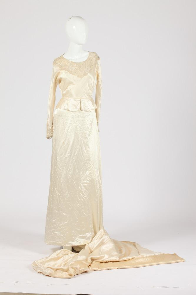 VINTAGE SILK WEDDING DRESS WITH LACE DETAIL, Size XS.
